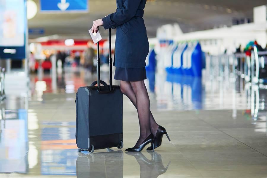 空姐長時間穿著制服、褲襪造成她私密處長膿包。(達志影像)