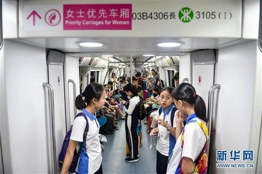 《條例》擬把地鐵的女士優先車廂,改為在人流高峰期設立「優先車廂」。(翻攝自新華網)