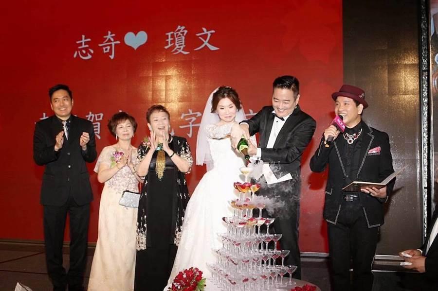 李志奇昨晚與妻子辦婚宴。(圖/取自臉書)