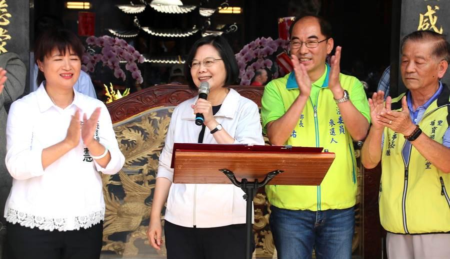 蔡總統在地母廟向民眾呼籲,2020選舉一定要選給蔡英文。(楊樹煌攝)
