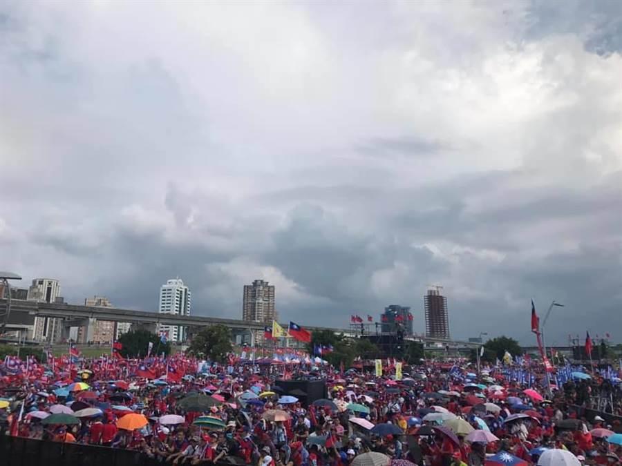 高雄市前觀光局長潘恒旭三點時在臉書貼出一張照片,可看出已有許多民眾在現場撐傘等待韓國瑜的到來。(擷取自潘恒旭臉書)