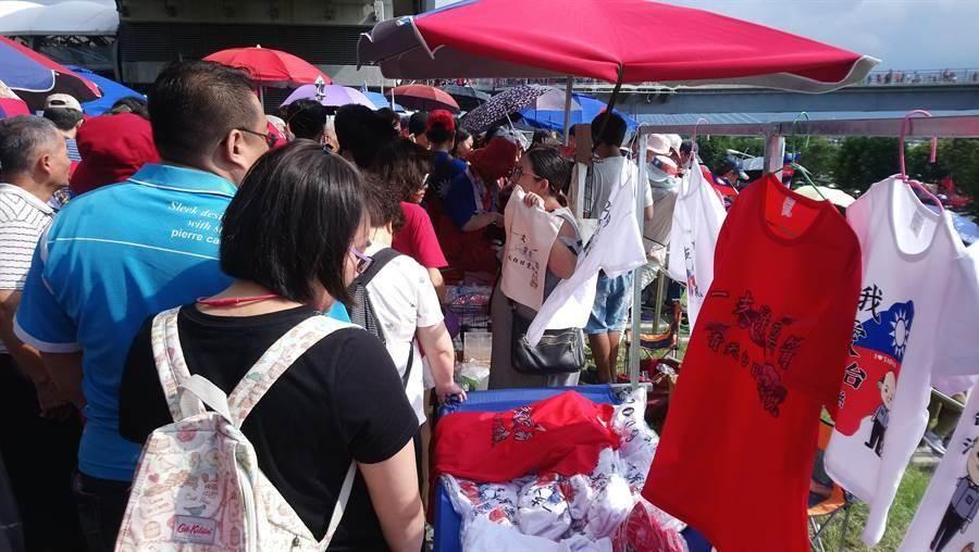 購買韓國瑜周邊商品的民眾塞爆攤位。(吳亮賢攝)