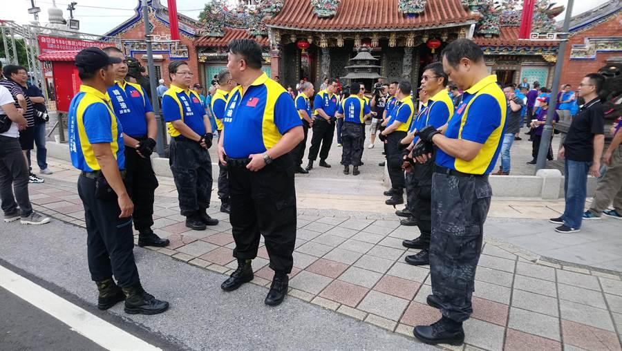 韓國瑜還沒到場前,即有「韓國瑜護衛隊」列隊迎接。(吳亮賢攝)