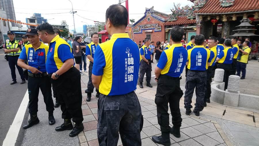 護衛隊成員身穿標準制服,背後寫著「台灣安全,人民有錢」。(吳亮賢攝)