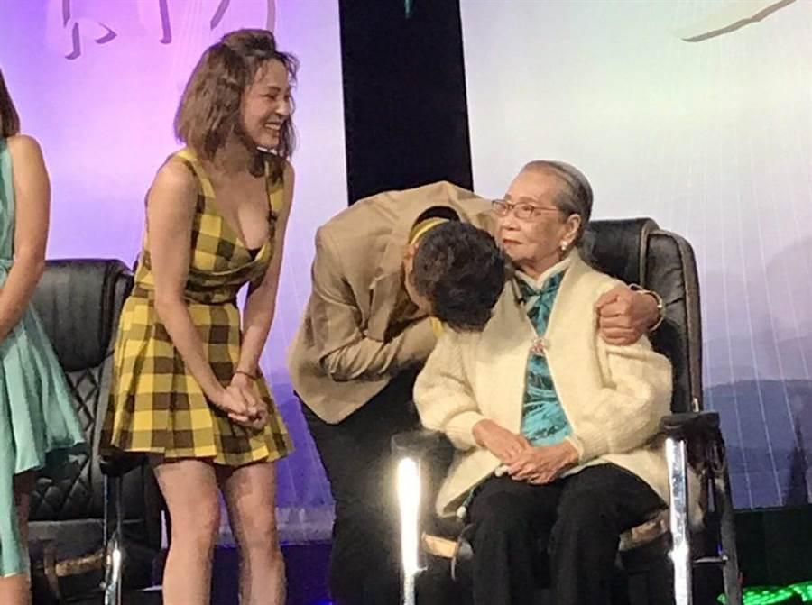 徐乃麟(中)給97歲粉絲一個大擁抱。(東風衛視提供)