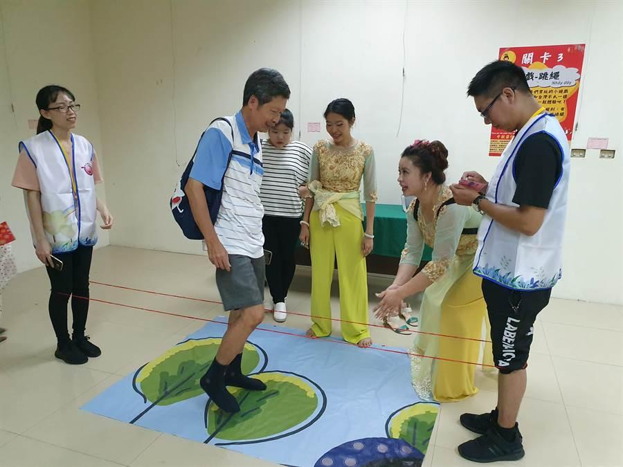 越南姊妹傳授童年記憶的跳繩玩法。(林瑞益攝)