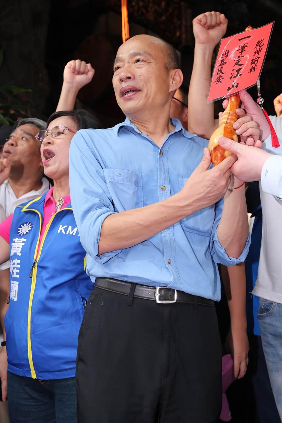 韓國瑜赴三重先嗇宮參拜,廟方致贈加持過的金筆,祝他「一筆定江山」。(黃世麒攝)
