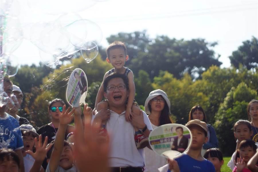立委張廖萬堅「泡泡派對市集」迎開學 吸引逾千位親子同樂