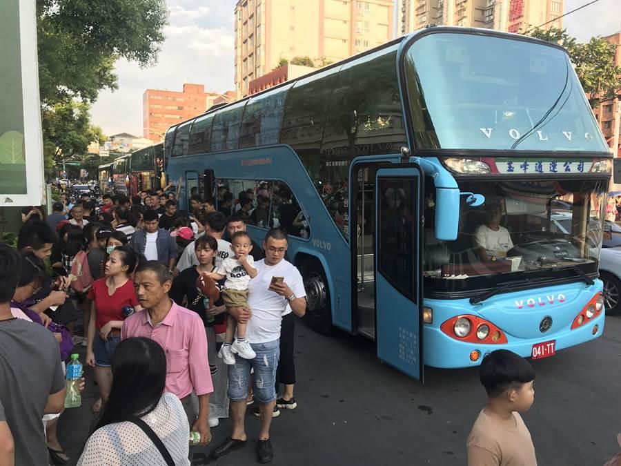 韓國瑜8日在新北是三重水漾公園造勢,也有民眾搭遊覽車前來參加活動。 (圖/李俊毅)
