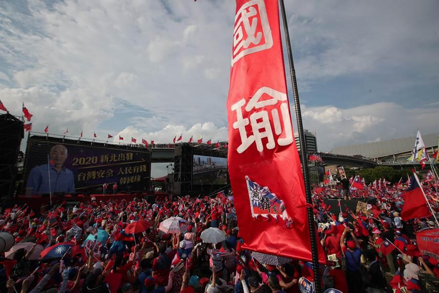 國民黨總統參選人韓國瑜8日在新北市舉辦大型的造勢大會,超過10萬的民眾擠滿了二重疏洪道公園。(鄭任南攝)