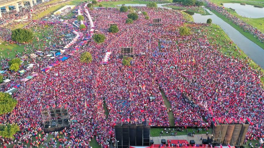 韓國瑜8日在新北三重水漾公園造勢,圖為下午5時許空拍照,氣勢驚人。(李俊毅/攝)