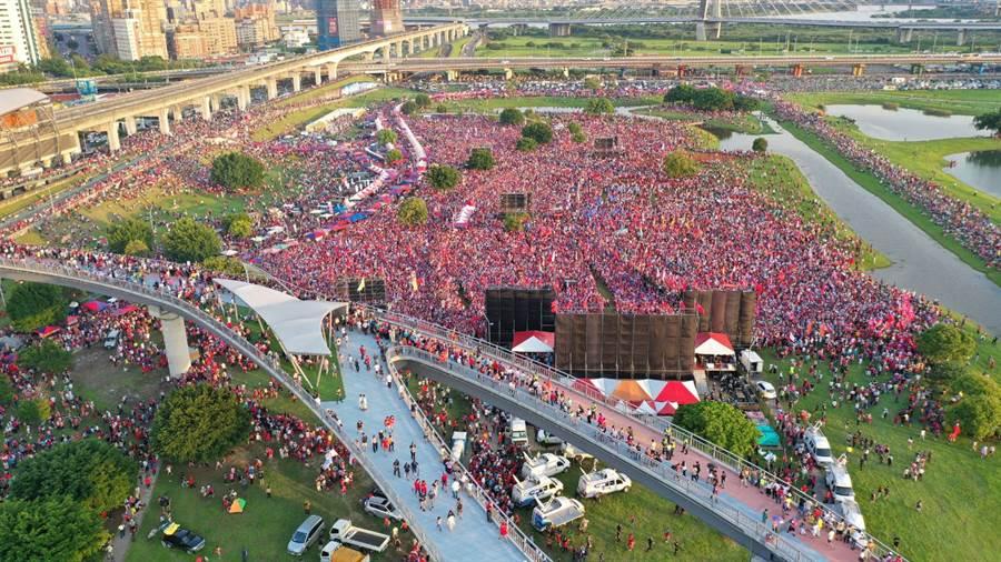 韓國瑜8日在新北三重水漾公園造勢。 (圖/李俊毅攝)