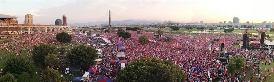 韓國瑜首場大型造勢活動8日在新北市登場,現場傍晚時分已湧進超過10萬人。(黃世麒攝)