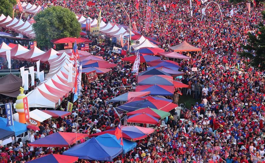 韓國瑜首場大型造勢活動8日在新北市登場,現場傍晚時分已湧進超過10萬人,「國瑜夜市」盛況再現。(黃世麒攝)