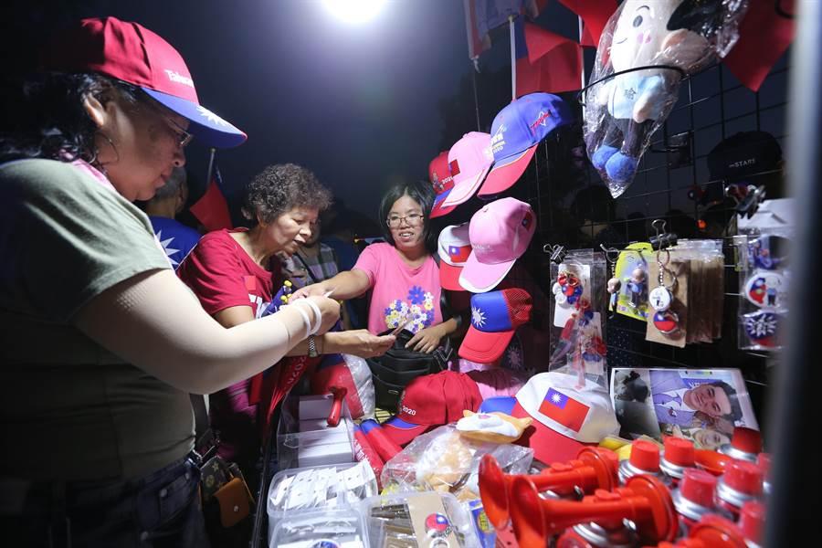 韓國瑜及國旗元素商品大熱賣。(黃世麒攝)