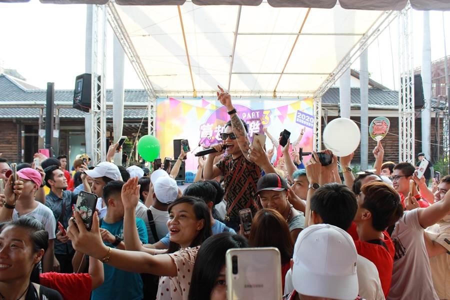 越南歌手克越帶來歌唱表演作為壓軸,賣力演出。(台中市政府勞工局提供/陳世宗台中傳真)