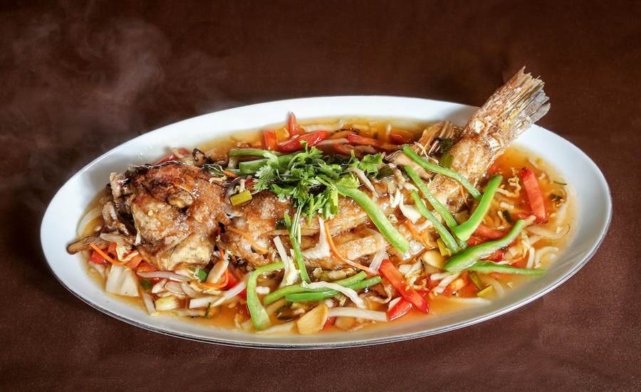 「飄香五柳魚」同時帶有酸甜苦辣的滋味,是台灣經典農家料理。(盧禕祺攝)