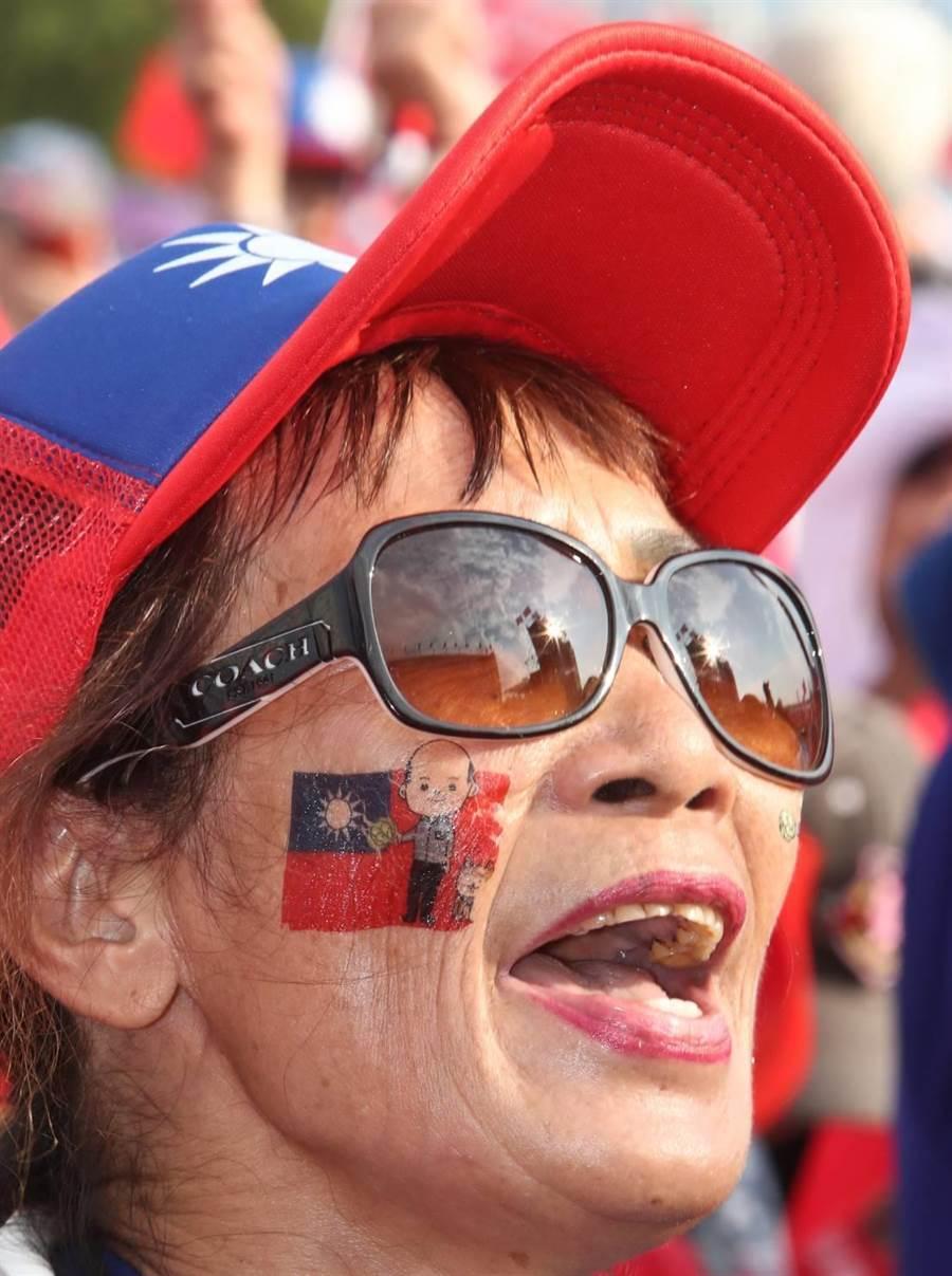 國民黨總統提名人韓國瑜8日在新北市三重幸福水漾公園舉辦「2020新北出發」造勢活動,臉上貼了韓國瑜紋身貼紙的韓粉發出怒吼,為韓國瑜加油。(劉宗龍攝)