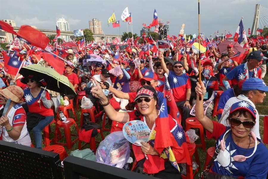 國民黨總統提名人韓國瑜8日在新北市三重幸福水漾公園舉辦「2020新北出發」造勢活動,眾多韓粉及支持者揮旗吶喊,力挺韓國瑜。(劉宗龍攝)