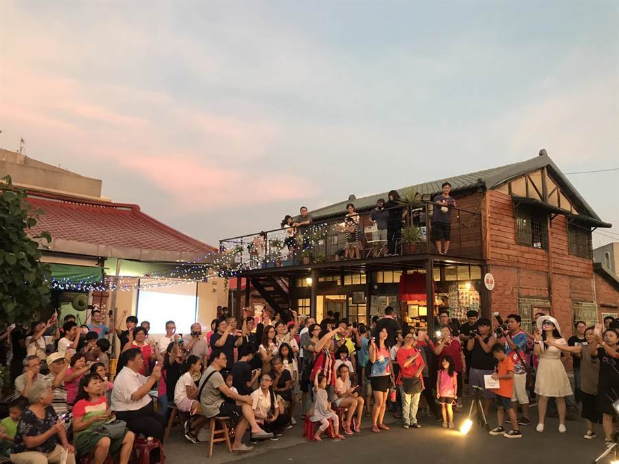 在活動開始前,已有眾多遊客聚集在拍攝場景周邊拍照。(呂文正提供/張毓翎嘉義傳真)