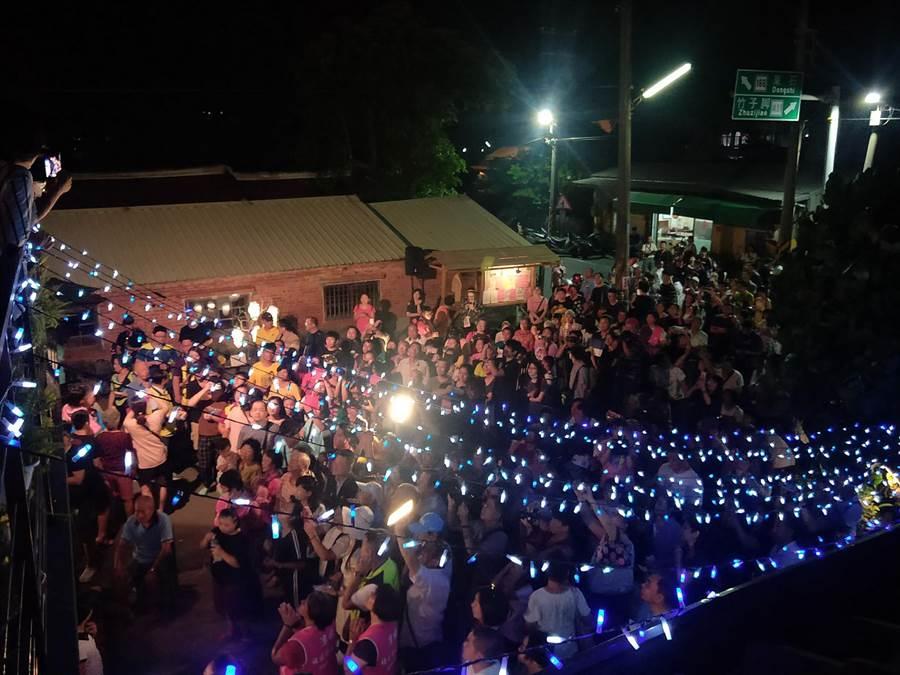 今晚估計有超過千人到場欣賞音樂會,場面熱鬧非凡。(呂文正提供/張毓翎嘉義傳真)
