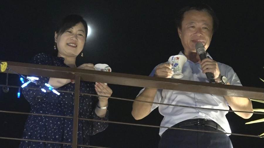嘉義縣長翁章梁(右)也帶著夫人劉莉英(左)一同參與音樂會。(呂文正提供/張毓翎嘉義傳真)