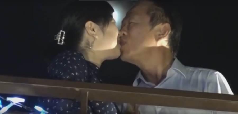嘉義縣長翁章梁(右)公開地擁吻夫人劉莉英(左)。(呂文正提供/張毓翎嘉義傳真)