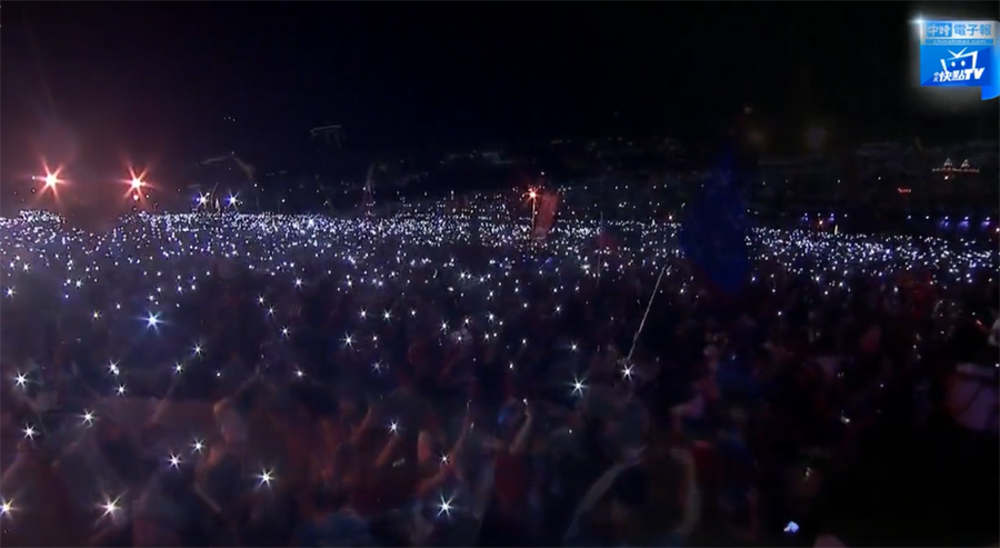 韓國瑜唱「浪子回頭」,現場亮起一片手機燈海。(圖/取自中時電子報直播)