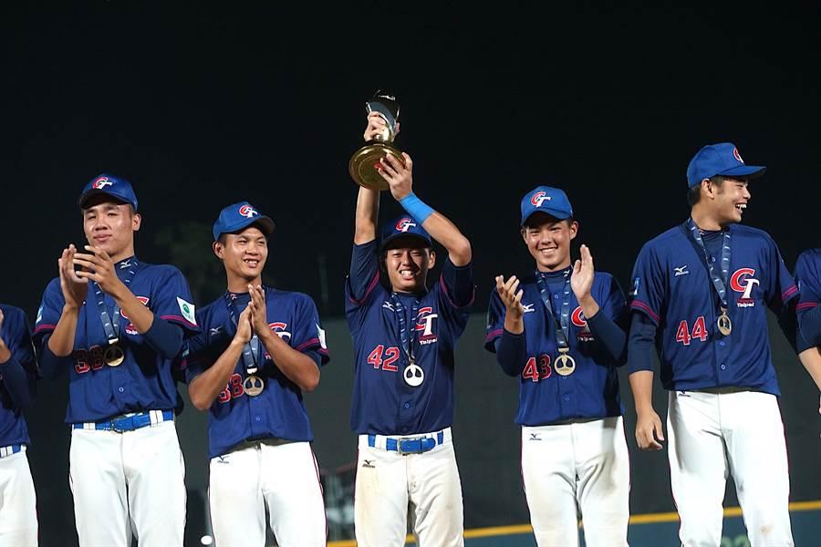 中華隊在2019年U18世界盃青棒錦標賽擊敗美國,奪下隊史第3冠,舉獎盃者為隊長鄭宗哲。(中華棒協提供/鄧心瑜傳真)