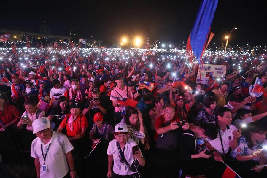 國民黨總統提名人韓國瑜8日在新北市三重幸福水漾公園舉辦「2020新北出發」晚會,當韓國瑜在舞台上獻唱時,台下的支持者們隨著歌聲,搖晃著打開燈光的手機,讓現場出現壯觀的燈海。(劉宗龍攝)