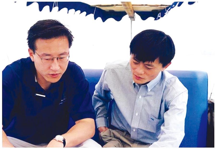 1999馬雲與十八羅漢←阿里巴巴初創時期,馬雲(右)、蔡崇信是親密戰友。圖/翻攝自搜狐網