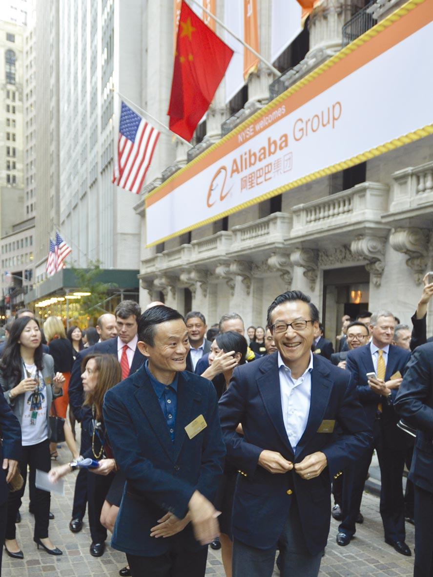 2014風光在美上市←馬雲(前左)與蔡崇信(前右)在紐約證交所前合影。圖/新華社