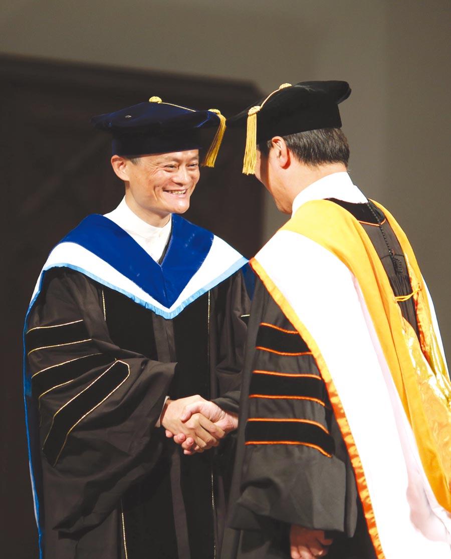 2015獲台灣師大名譽博士學位→馬雲成為第一位獲頒台師大名譽博士的大陸人士。圖/新華社