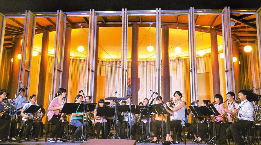 埔里桃米社區的紙教堂,不僅成為觀光景點,帶動地方發展,還成立交響樂團。(楊樹煌攝)