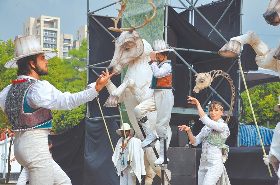 桃園市地景藝術節迎接假日,「法國Remue-Menage馬戲團」演出,受到民眾歡迎。(賴佑維攝)