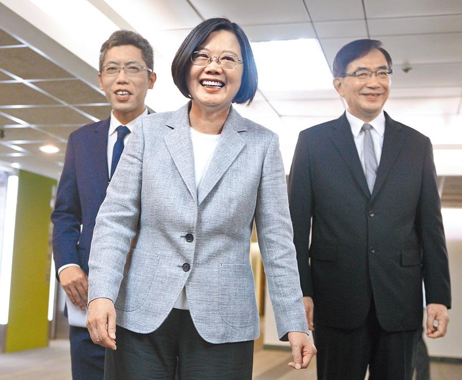 9月5日,蔡在總統府發言人丁允恭(左)與中華郵政董事長吳宏謀(右)陪同下表示,全台灣不會有人覺得她是中共代理人。(本報系資料照片)