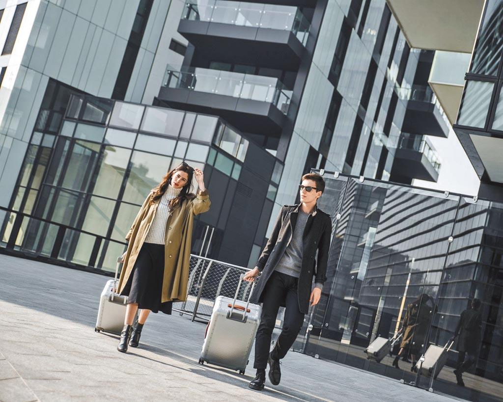 男、女模特手持FPM BANK系列型號53(20吋),4萬5000元。(FPM提供)