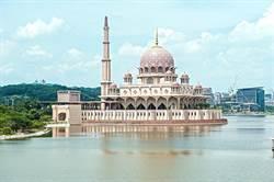 藍天白雲映照!馬來西亞粉紅清真寺好夢幻