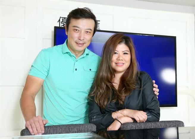 林煒與女友Cora接受專訪。粘耿豪攝
