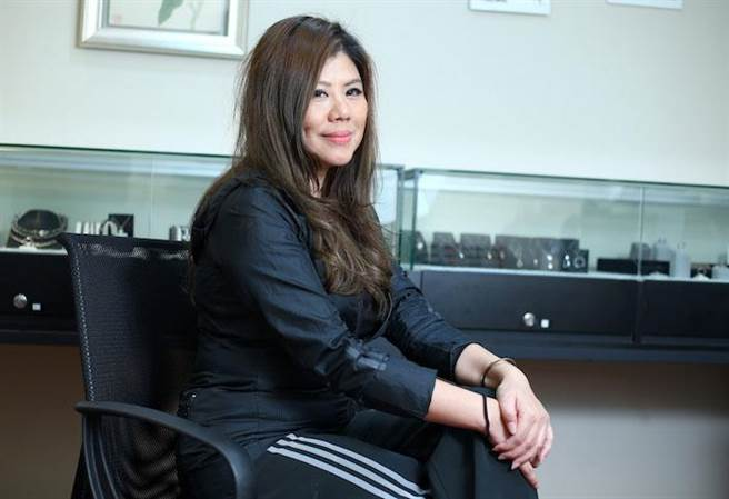 Cora是成功女企業家,當天穿休閒服受訪,展露私下隨性的一面。粘耿豪攝