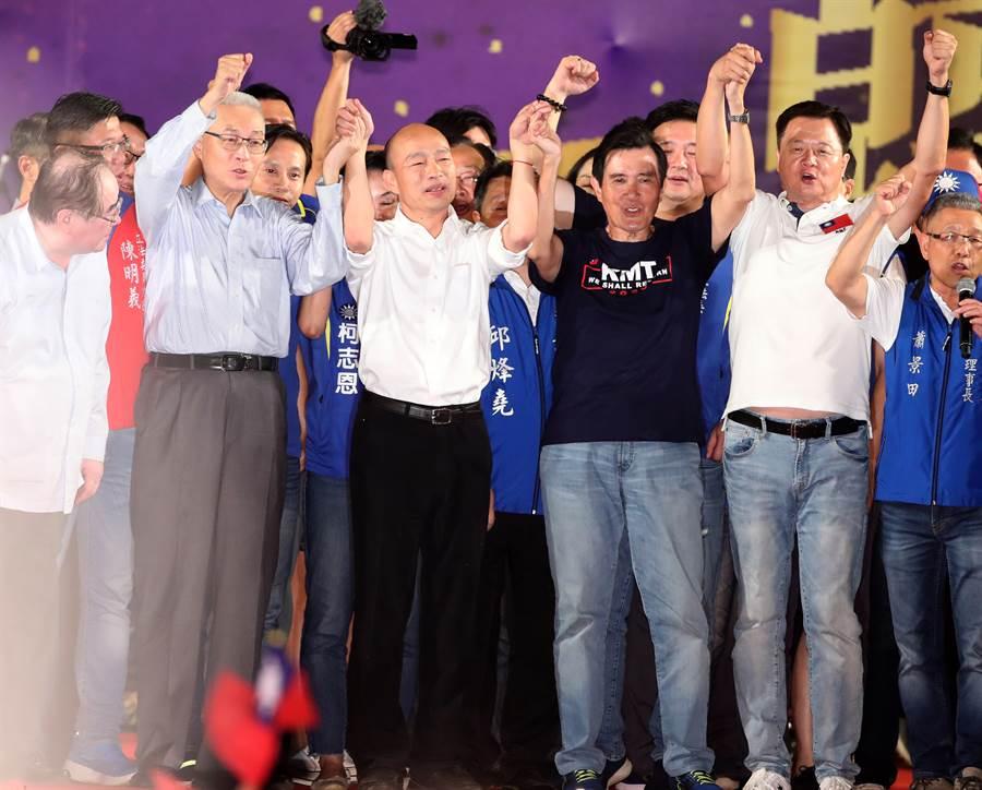 8日韓國瑜在新北市舉辦大型的造勢大會,國民黨主席吳敦義(左起)、前總統馬英九及前新北市長周錫瑋的陪同下出席晚會,爭取選民的支持。(資料照 鄭任南攝)