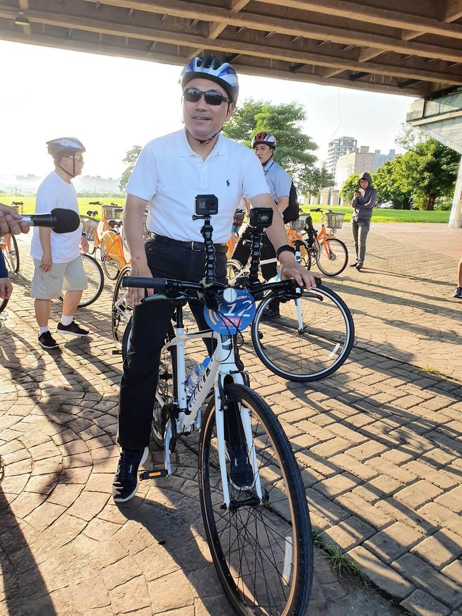 新北市長侯友宜今(9日)上午7時許前往永和區視察自行車通勤綠廊暨單車通勤體驗。(葉書宏攝)