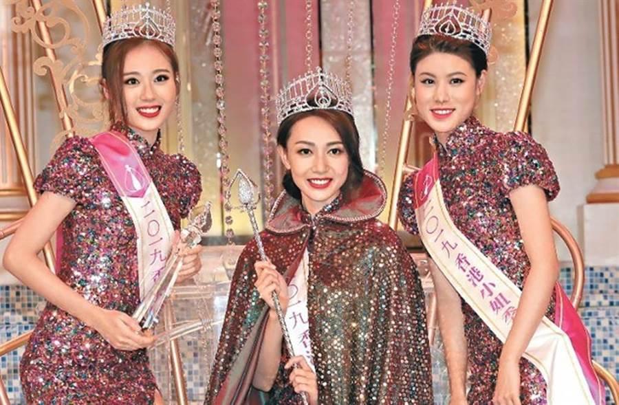 2019香港小姐出爐,冠亞季軍分別為黃嘉雯(中)、王菲(左)、古佩玲(右)。(圖/翻攝東網)