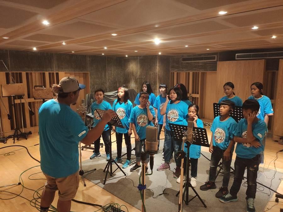 29歲的排灣族青年林瑞詳,受到展望會即時援助,讓他順利從大學畢業,現在成為屏東長榮百合國小老師還帶領台灣世界展望會成立的「台灣兒童合唱團」,希望讓他們的聲音被更多人聽見。(林良齊攝)