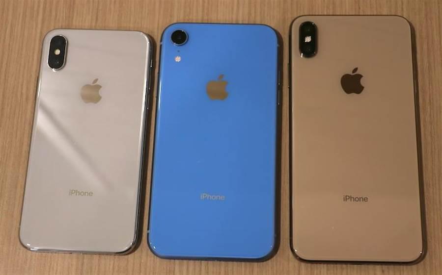 2017 年的 iPhone X(銀色),以及 2018 年的 iPhone XR(藍色)與iPhone XS Max(金色)。可以看見蘋果 LOGO 都位於背面偏上的位置。(圖/黃慧雯攝)
