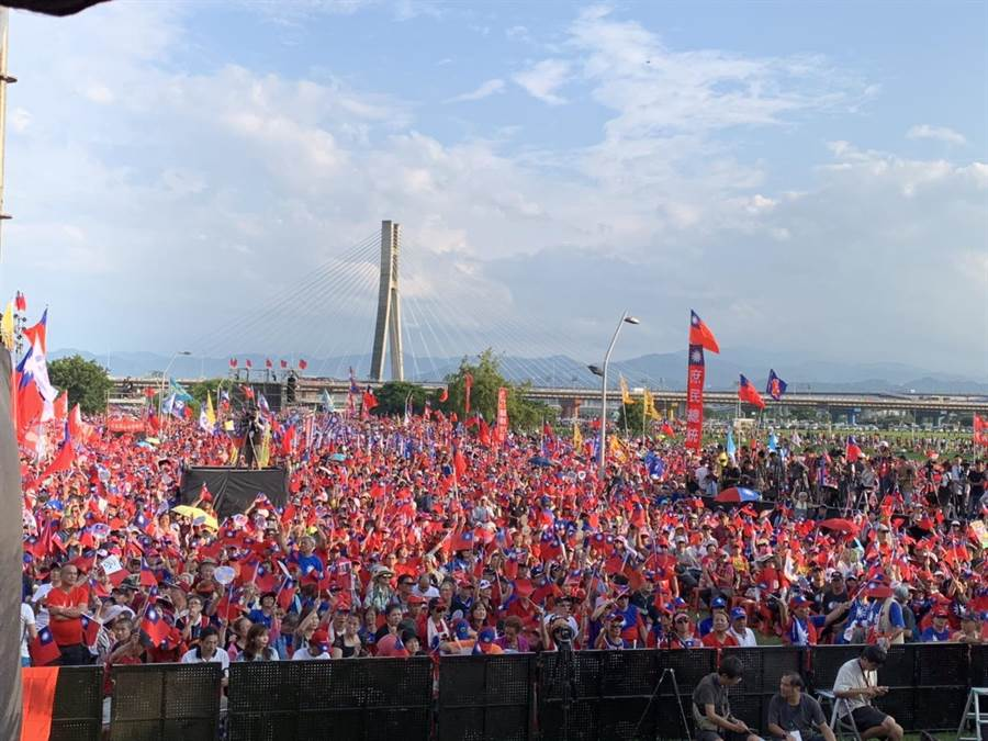 韓國瑜造勢大會,民眾激情吶喊。(葉德正攝)
