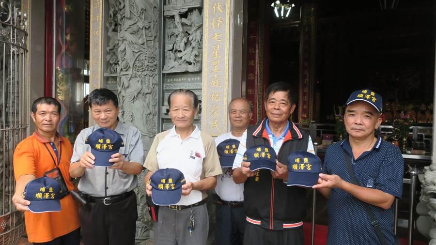 彰化縣埔鹽鄉供奉玄天上帝的順澤宮因為宮廟帽子被國際三鐵冠軍選手戴著拍照,一夕爆紅。(謝瓊雲攝)