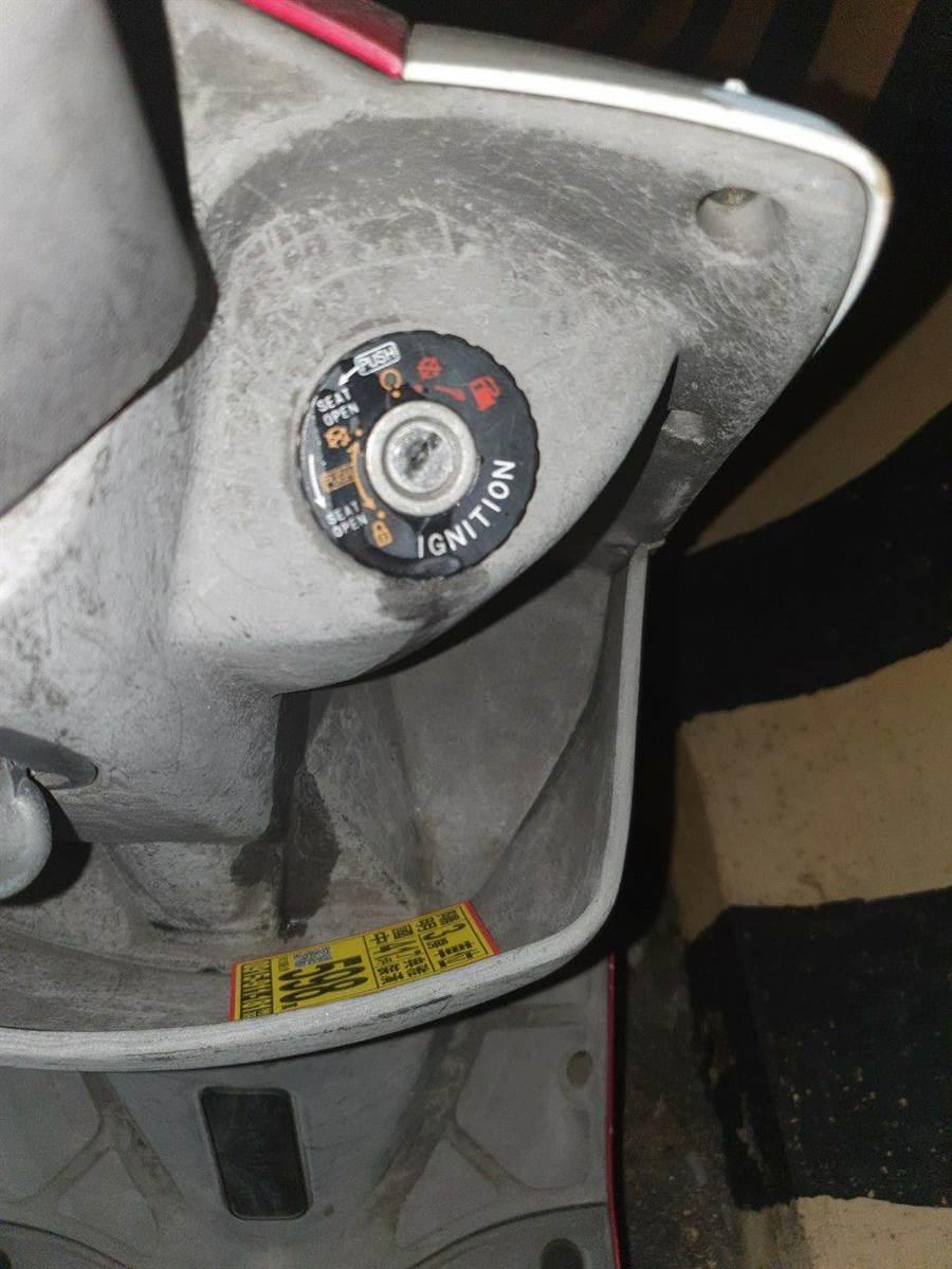 惡劣!韓國瑜三重造勢11輛無辜機車遭三秒膠灌鑰始孔 警方循線調查中(翻攝照片/戴上容新北傳真)