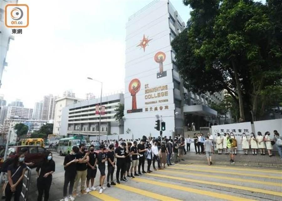 香港慈雲山一帶有參與者在路口築成人鏈。(圖/東網)