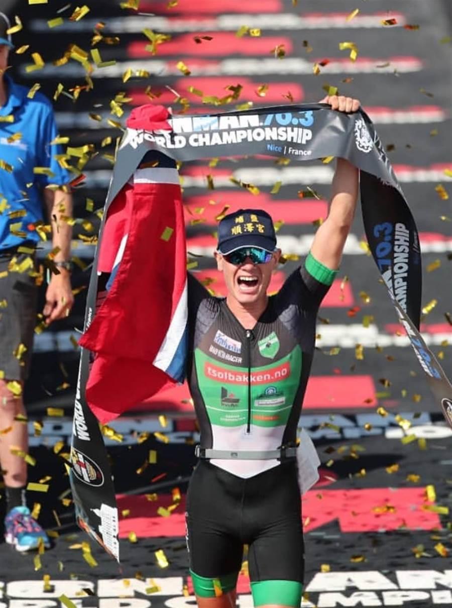 挪威選手埃登勇奪2019半超鐵世界錦標賽冠軍,頭上戴著「埔鹽順澤宮」的帽子。(翻攝自Gustav Iden IG)